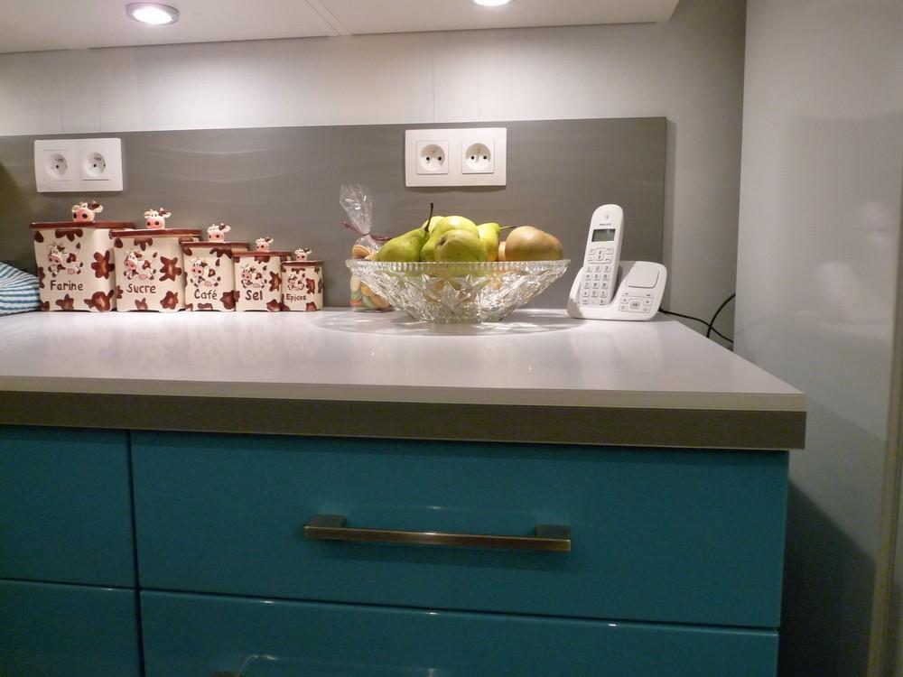 Bar sur mesure meuble hotte armoire picerie prise d for Chant meuble cuisine